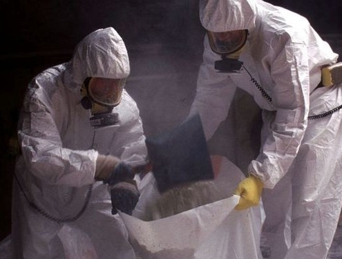 Workers-remove-asbestos-amiante-cement-from-the-classroom-of-a-primary-school-615x375